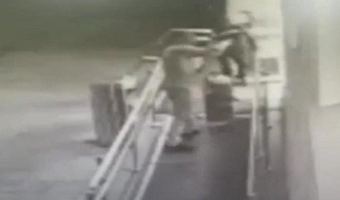 Трое рецидивистов пытались вскрыть банкомат вЗиме (Видео)