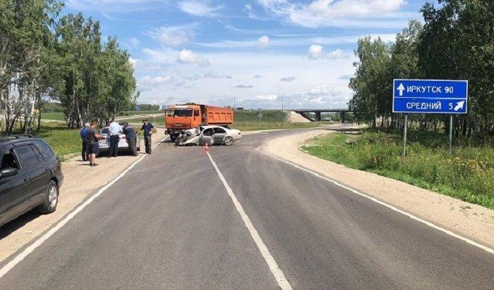 КамАЗ столкнулся синомаркой вУсольском районе