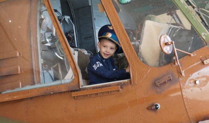 Летчики исполнили мечту мальчика из Иркутска (Видео)