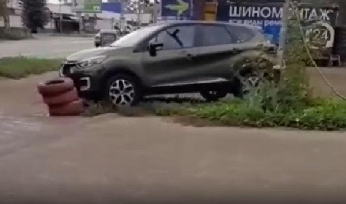 ВИркутске нетрезвый водитель врезался вограждение изпокрышек (Видео)