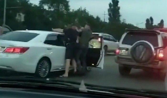 ВоВладивостоке водитель ударил ножом сотрудника ГИБДД вовремя конфликта надороге (Видео)