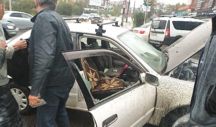 Трое иркутян спасли водителя изгорящего автомобиля (Видео)