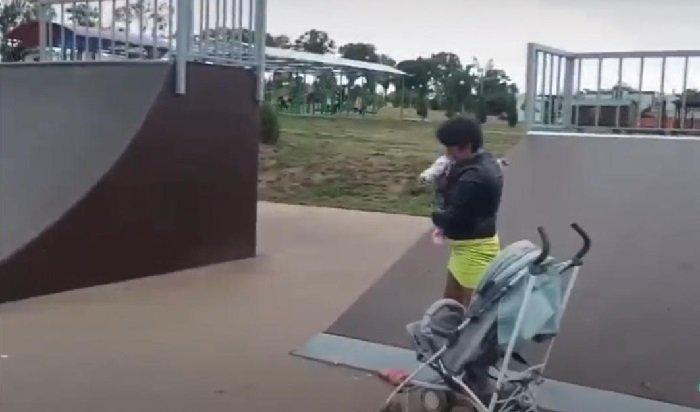 Женщина сребенком вколяске показала школьникам «мастер-класс поэкстремальному вождению» (Видео)