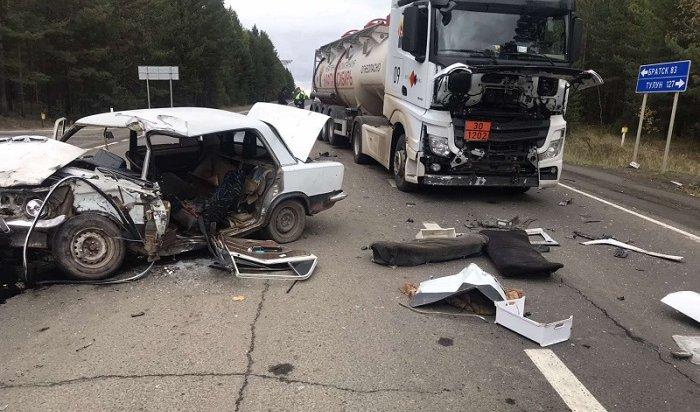 Бензовоз иавтомобиль столкнулись нафедеральной дороге «Вилюй»