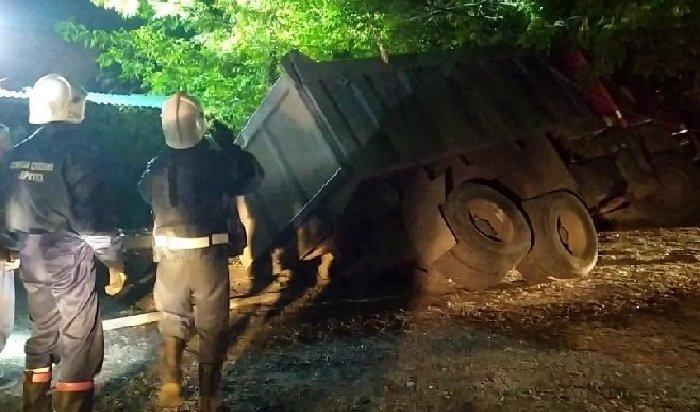 37-тонный самосвал провалился наулице Горького вИркутске (Видео)