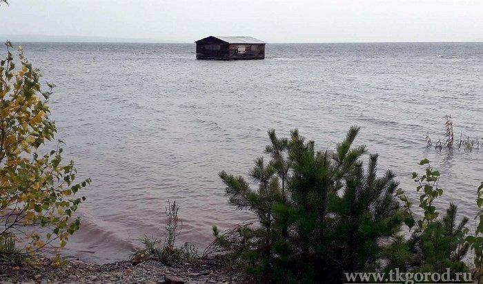 Кплотине Братской ГЭС течением принесло деревянный дом