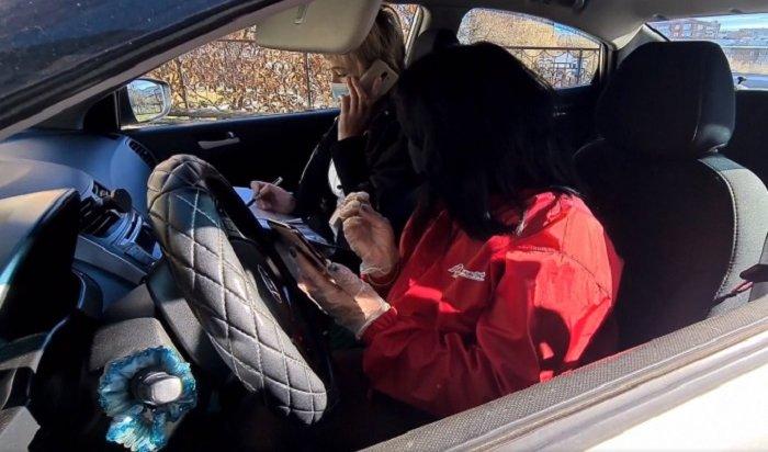 ВИркутской области волонтеры акции #МыВместе подвозят насвоих машинах врачей кпациентам