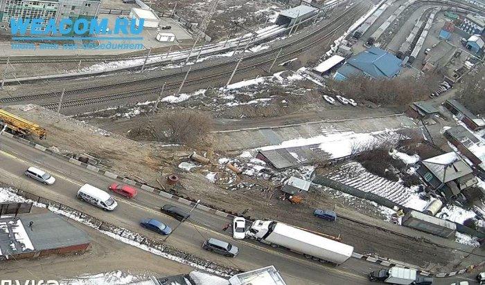 Большая пробка образовалась наИркутном мосту из-за ДТП (Видео)