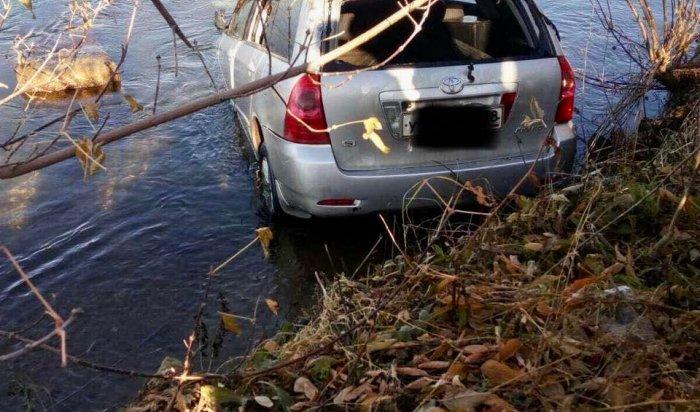 Автомобиль Toyota Corolla Fielder съехал вАнгару врайоне Цесовской набережной (Видео)