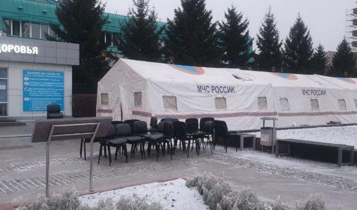 МЧС поставило палатки перед диагностическим центром для людей, которые стоят вочереди затестами наCOVID-19