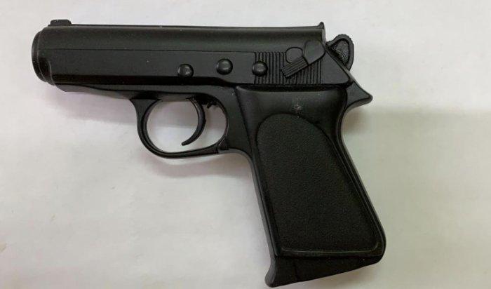 ВБратске мужчина напал напарикмахершу сигрушечным пистолетом