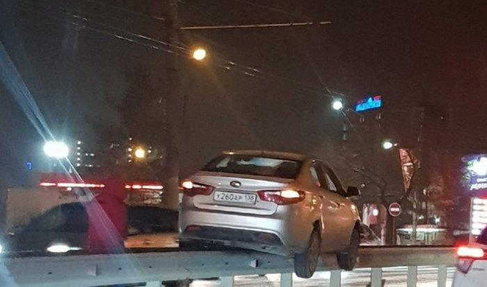 Автомобиль заехал набарьерное ограждение наулице Лермонтова вИркутске