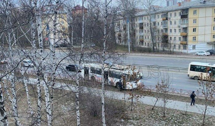 ВИркутске наулице Байкальской троллейбус врезался вдорожное ограждение (Видео)