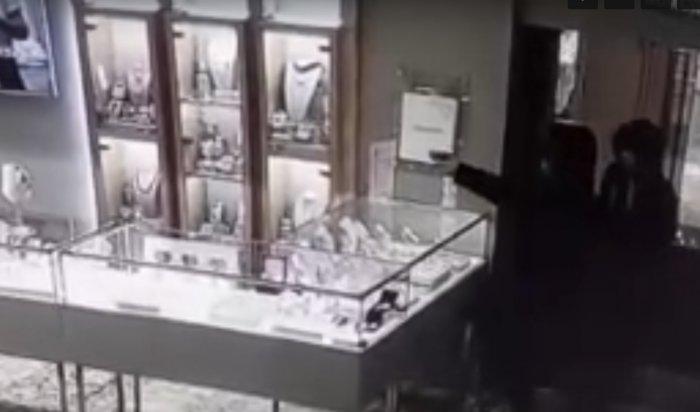 ВИркутске два подростка сигрушечным пистолетом попытались ограбить ювелирный магазин (Видео)