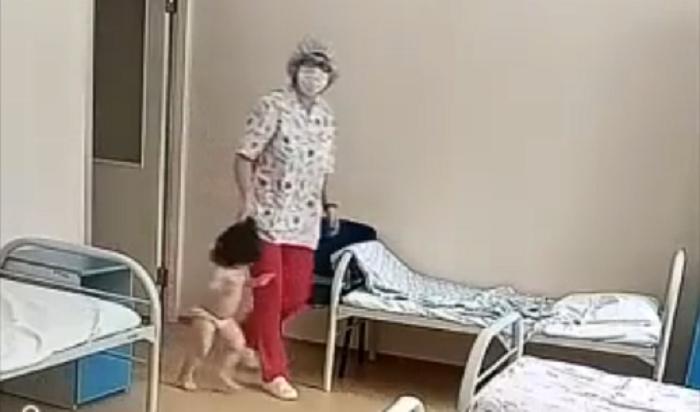 ВНовосибирске медсестра туберкулезной больницы таскала ребенка заволосы (Видео)