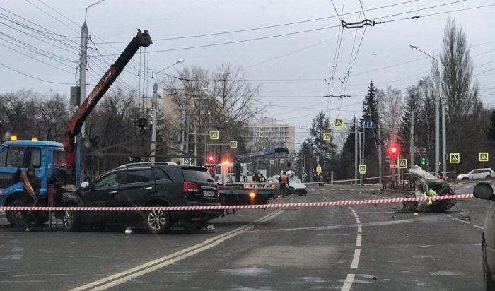 Наулице Лермонтова врезультате аварии располовинило машину