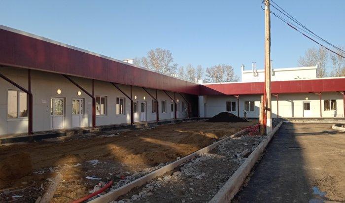 Волонтеры помогают строителям завершить работы в госпитале Шелехова