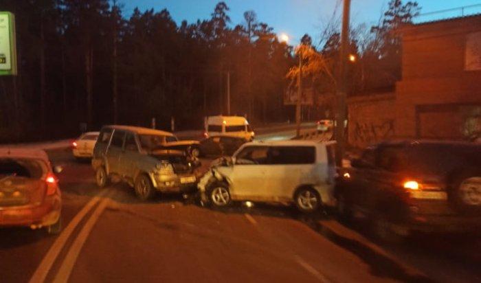 ВИркутске на улице Маяковского столкнулись четыре автомобиля