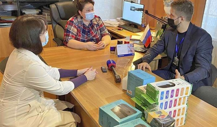Депутат Евгений Стекачев вручил иркутской поликлинике № 17 технику для видеосвязи с пациентами