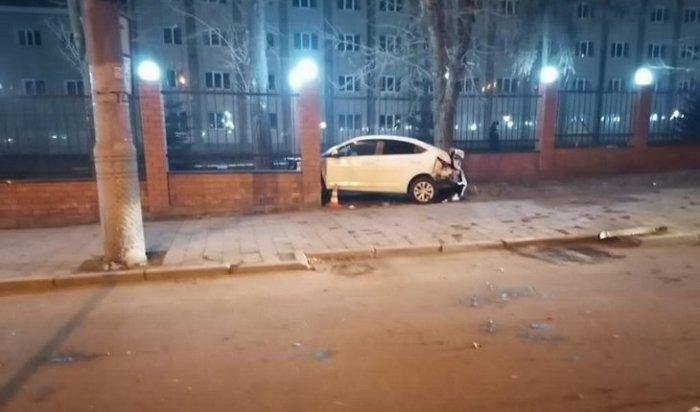Два автомобиля врезались вограждение возле института МВД 15 ноября вИркутске