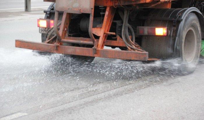 На дорогах Иркутска проводят противогололедную обработку специальным раствором