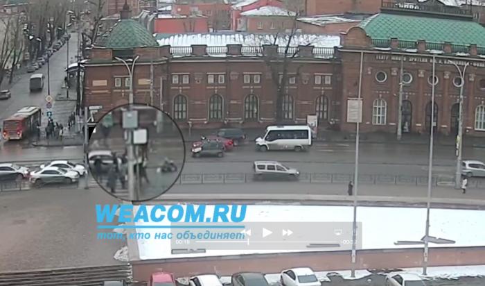 В Иркутске автомобиль сбил ребенка на пешеходном переходе: видео с онлайн-камеры