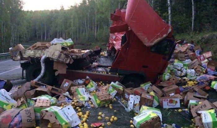 В Слюдянском районе инспекторы ГИБДД предупреждают дальнобойщиков об аварийном участке на Байкале