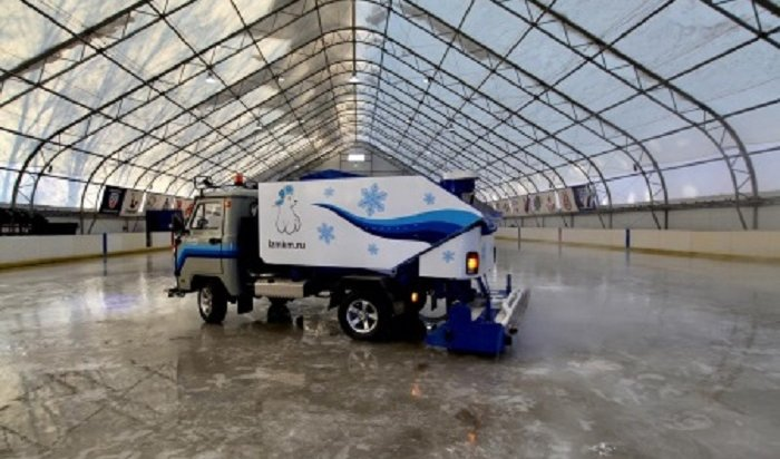 ВИркутске начали заливать лед наспортивных объектах