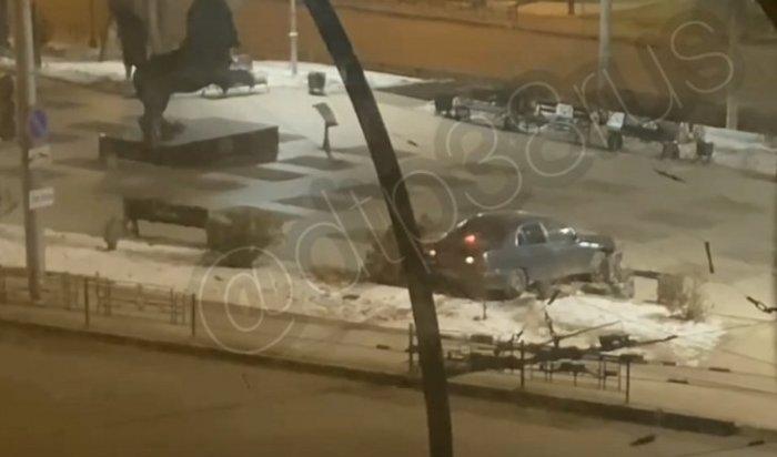 ВИркутске автомобиль протаранил ограждение ивылетел насквер возле скульптуры бабра (Видео)