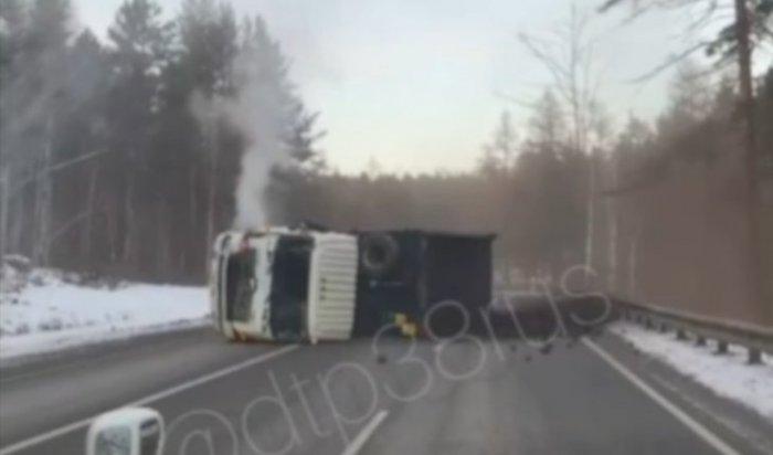 ВШелеховском районе натрассе Р-258 «Байкал» опрокинулся самосвал суглем (Видео)