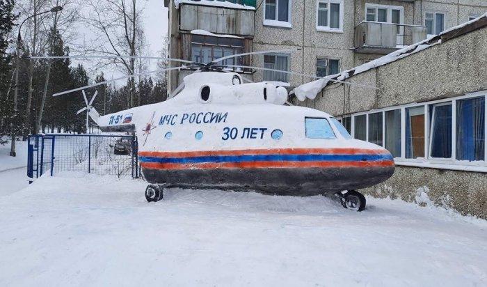 Усть-Илимские пожарные сделали вертолёт из снега и льда