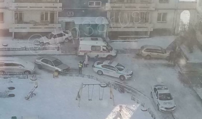 ВАнгарске автомобиль набольшой скорости врезался вподъезд жилого дома (Видео)