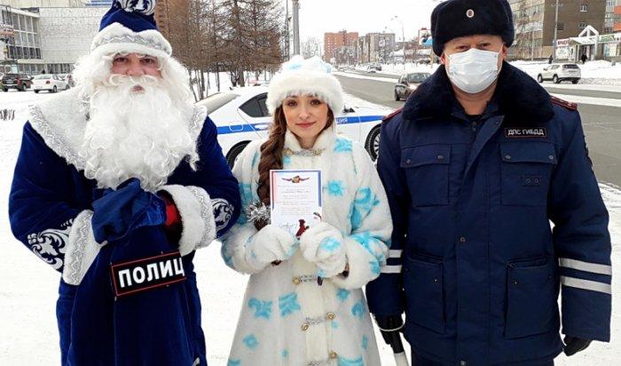 Полицейский Дед Мороз и Снегурочка поздравили братчан с наступающим праздником