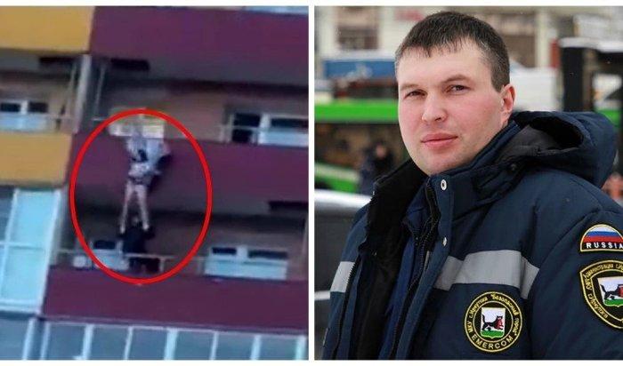 Иркутянин получил медаль за спасение девушки, которая чуть не выпала с 14 этажа