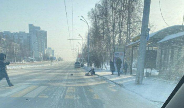 Автомобиль сбил девушку напешеходном переходе вИркутске (Видео)