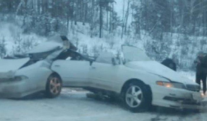 В результате аварии на Качугском тракте Toyota Mark 2 разорвало пополам