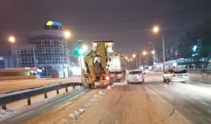 Более ста машин было задействовано вуборке снега ночью вИркутске