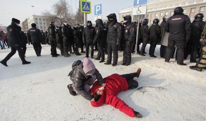 Пожилой женщине стало плохо вовремя митинга вИркутске (Видео)