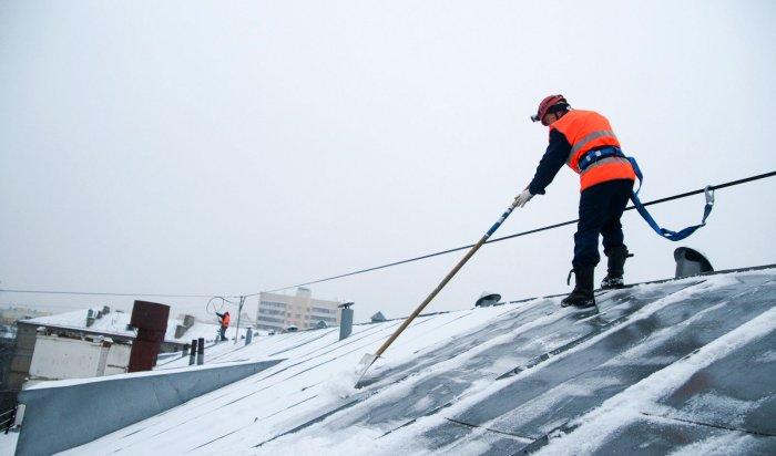 В Иркутске усилена работа по очистке крыш многоквартирных домов от снега