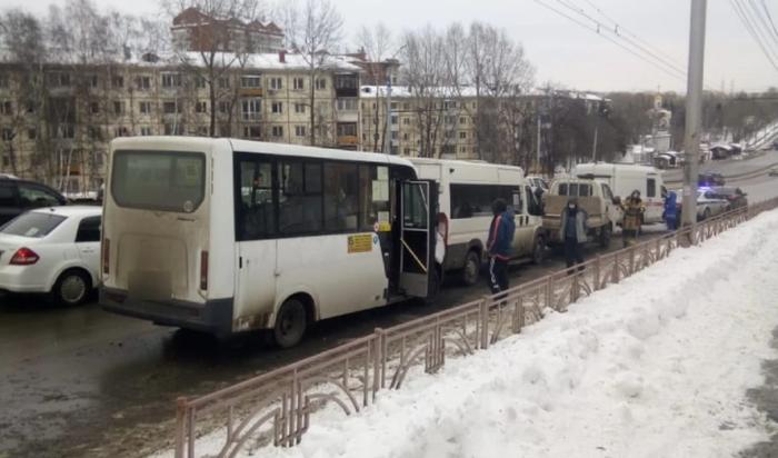 Два человека пострадали в массовом ДТП на улице Байкальская в Иркутске