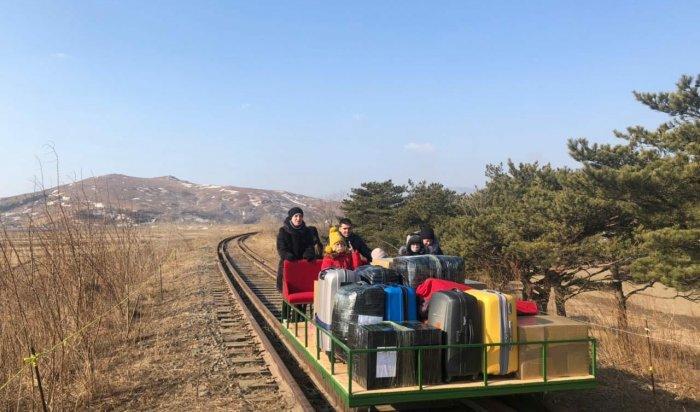 Сотрудникам российского посольства вКорее пришлось возвращаться народину насамодельной железнодорожной тележке (Видео)