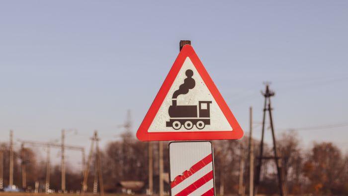 В Иркутске водитель легкового авто столкнулся с локомотивом и скрылся с места ДТП
