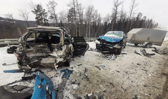 Сотрудники ГИБДД разбираются в обстоятельствах аварии с участием четырех автомобилей в Шелеховском районе