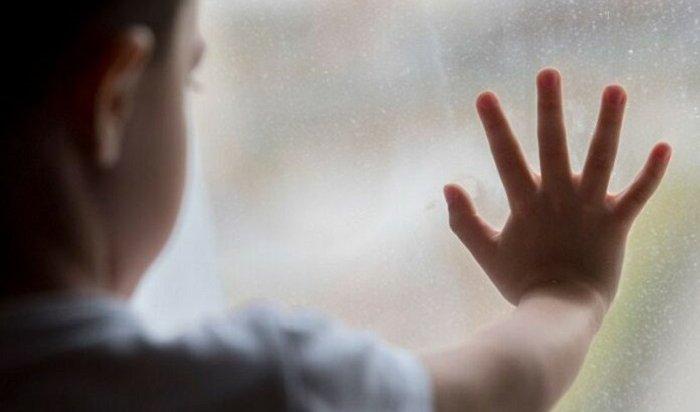 ВБратске два ребенка чуть невыпали изокна, засмотревшись наптиц