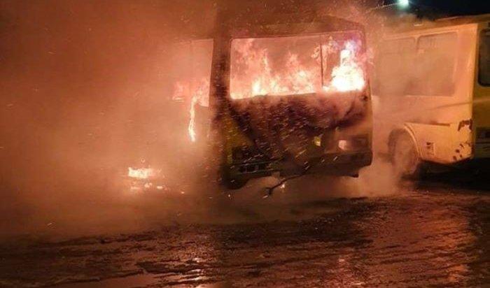 Два частных автобуса сгорели на автостоянке в Иркутске