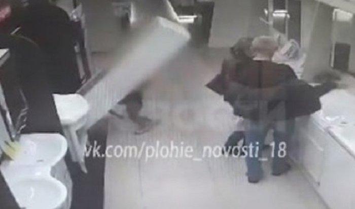 Ребенок уронил насебя шкаф водном измагазинов сантехники вИркутске