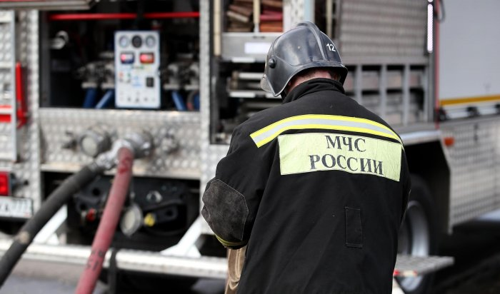 Один человек погиб и двое пострадали на пожаре в пятиэтажном доме в Иркутске