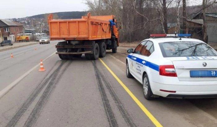 КамАЗ сбил пятилетнюю девочку наАлександровском тракте вИркутске
