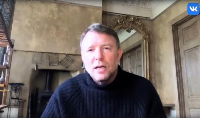 Режиссер Гай Ричи рассказал, почему его фильмы так популярны вРоссии (Видео)