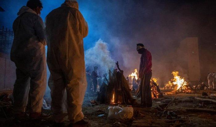 ВИндии сжигают погибших откоронавируса наулицах